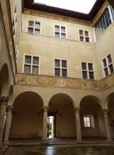 ประตูด้านใน Palazzo Piccolomini ที่เปิดออกไปยังสวนด้านหลัง